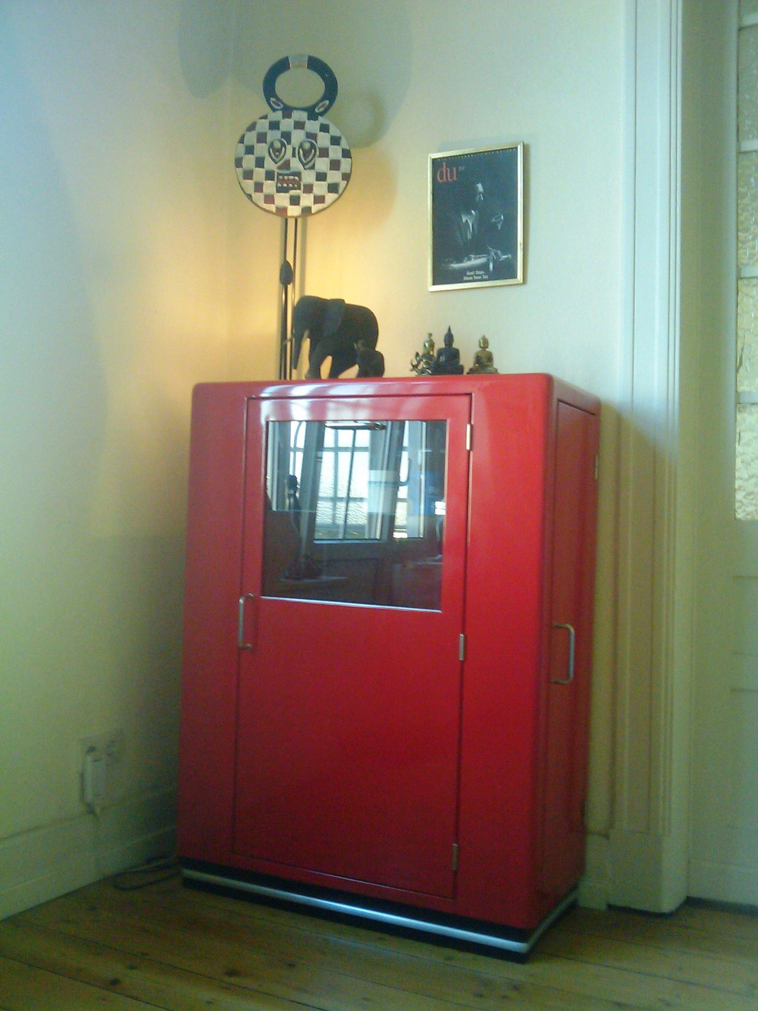 roter barschrank sprechblase. Black Bedroom Furniture Sets. Home Design Ideas